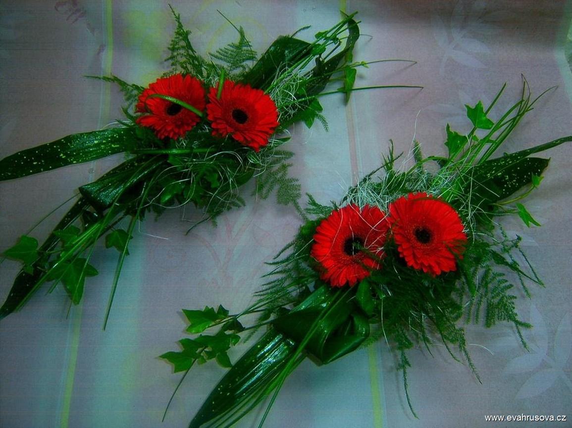 aranzma-na-svatebni-stul-z-cervenych-gerberek-1